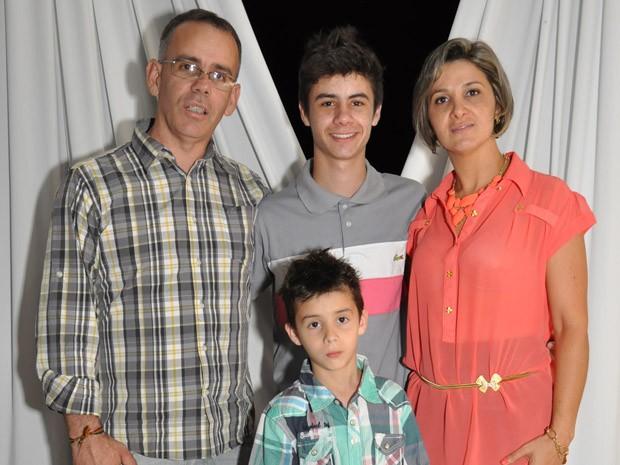 Bruno ao lado da família na formatura da 8ª série da Escola Evolução (Foto: Gilson Sottili/Divulgação)