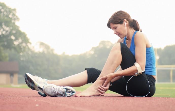 Mulher com dor no pé (Foto: Getty Images)