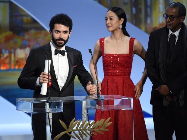 O diretor libanês Ely Dagher discursa ao lado da atriz chinesa Zhou Yun e o diretor mauritano Abderrahmane Sissako, depois de receber o prêmio de curta-metragem (Foto: Anne Christine Pojoulat / APF)