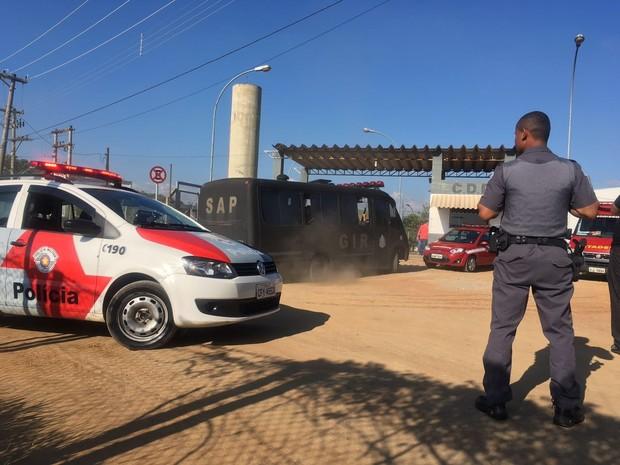 Grupo de Intervenção Rápida vai realocar os presos nas celas (Foto: Camilla Motta/G1)