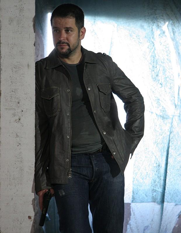 Capitão Wilson tenta de tudo para salvar a sua família em Força-Tarefa (Foto: TV Globo)