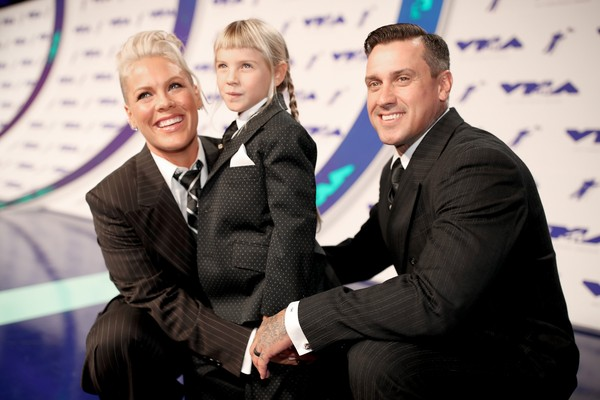 Pink ao lado da filha, Willow, e do marido, Carey Hart (Foto: Getty Images)