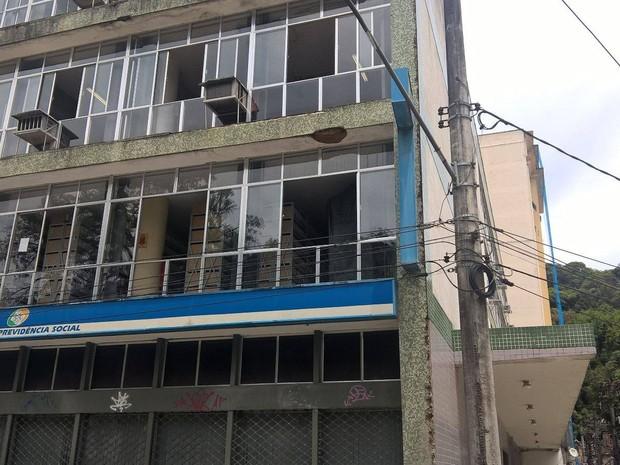 Parte do reboco da fachada caiu sobre a marquise (Foto: Leonardo Macachero / Inter TV)