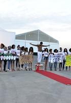 Modelos negros fazem manifesto na entrada do Fashion Rio