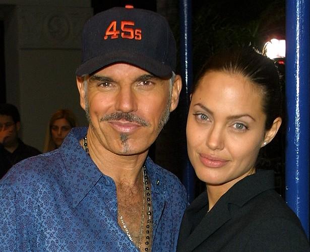 Nem todos se recordam, mas Angelina Jolie já foi casada (de 2000 a 2003) com o premiado roteirista Billy Bob Thornton. E, nessa época, em pleno MTV Movie Awards, o escritor confessou que havia transado com a atriz no carro dele em movimento, a caminho a premiação naquela noite. Ui! (Foto: Getty Images)