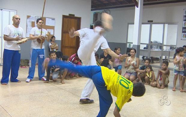 Crianças aprendendo capoeira (Foto: Reprodução/TV Amapá)