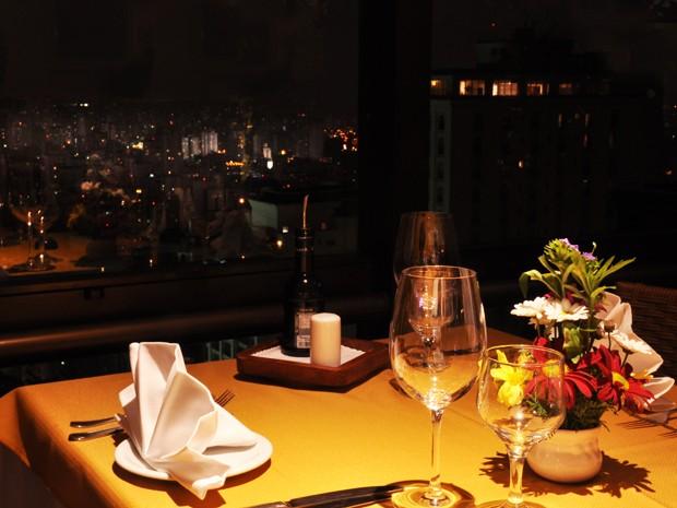Por R$ 185 o casal, uma boa opção de jantar neste dia dos namorados é o Restaurante Central Park, que fica na região dos Jardins. O estabelecimento fica na cobertura de um flat da Alameda Ministro Rocha de Azevedo e oferece algumas mesas com uma vista pri (Foto: Fabiano Correia/ G1)