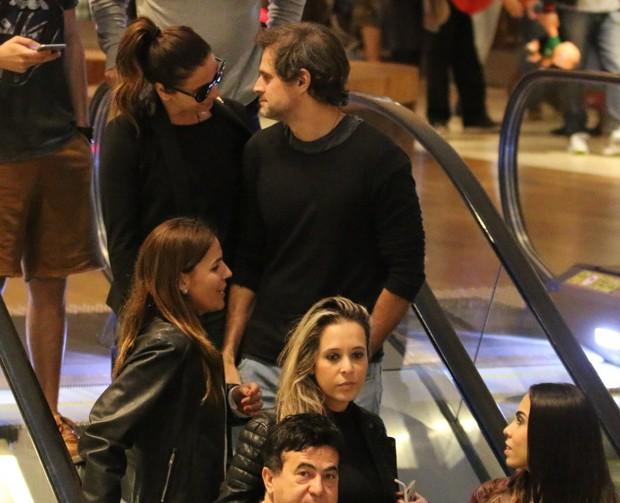 Giovanna e Leonardo passeiam em shopping do Rio (Foto: AgNews / Delson Silva)