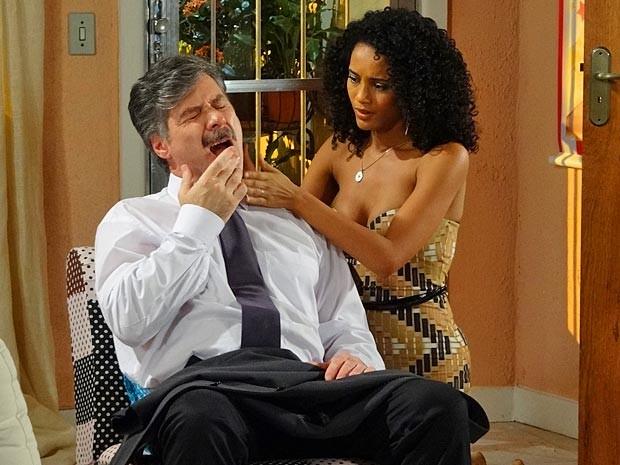 Penha cuida do ferimento de Otto (Foto: Cheias de Charme / TV Globo)