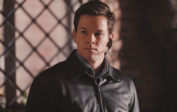 Charlie Crocker (Mark Wahlberg) é traído por seu sócio após roubo milionário (Foto: Divulgação/ Reprodução)