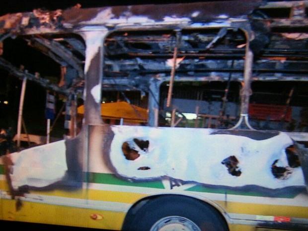 Após ônibus ser queimado, linha parou de circular por falta de segurança na quinta-feira (Foto: Paulo Ledur/RBS TV)