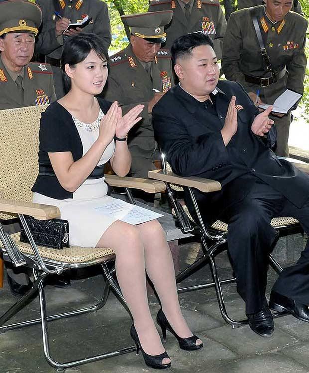 Imagem sem data divulgada na terça-feira (7) pela agência coreana KCNA mostra Ri Sol-ju ao lado do líder Kim Jong-un durante visita a unidade militar (Foto: AFP)