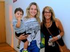 Fernanda Gentil vai ao teatro com o filho e com a mãe no Rio