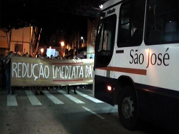 Manifestantes bloquearam saída de ônibus em Franca (Foto: Stella Reis/EPTV)