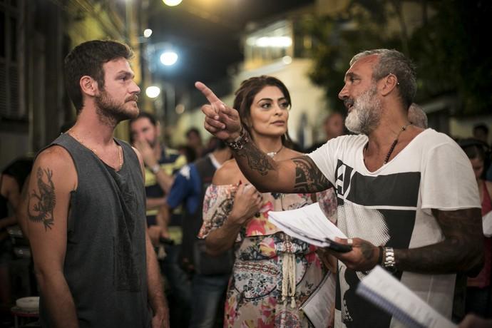 Emilio Dantas e Juliana Paes gravam com o diretor artístico Rogério Gomes (Foto: Raphael Dias/Gshow)
