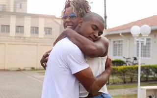 Adélia posa para o EGO com o filho (Foto: Iwi Onodera / EGO)