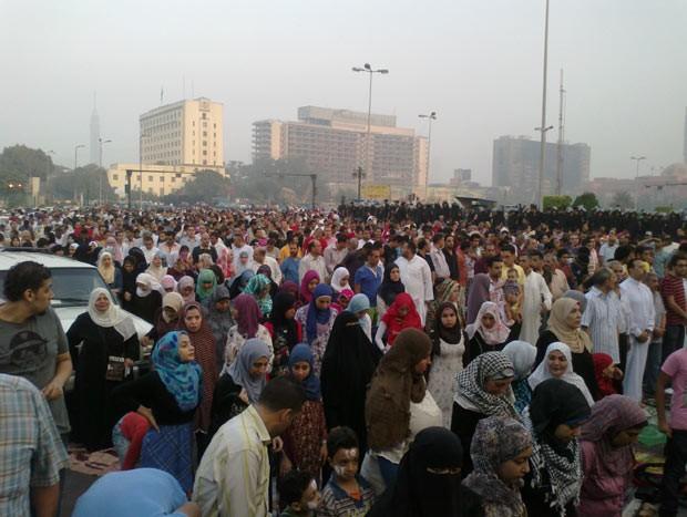 Momento de oração durante protestos na Praça Tahrir, no Cairo (Foto: Aldo Sauda/G1)