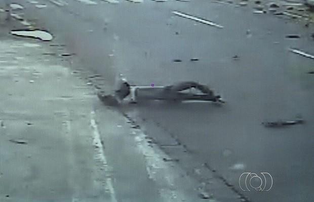 Motociclista foi arremessado e caiu desacordado metros a frente, em Goiânia, Goiás (Foto: Reprodução/TV Anhanguera)
