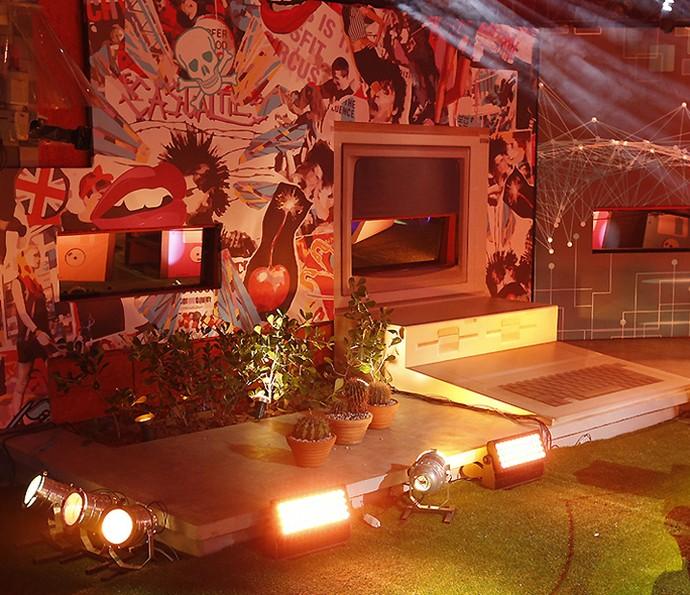 Que festa tem um computador bem no meio da decoração? Só no BBB (Foto: Raphael Dias/Gshow)