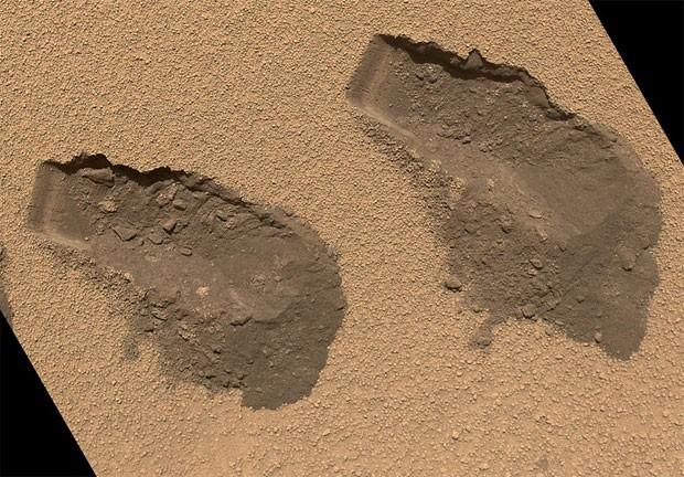 Marcas da terceira (esquerda) e quarta (direita) coleta de solo marciano feitas pelo Curiosity em outubro (Foto: Nasa/Divulgação)