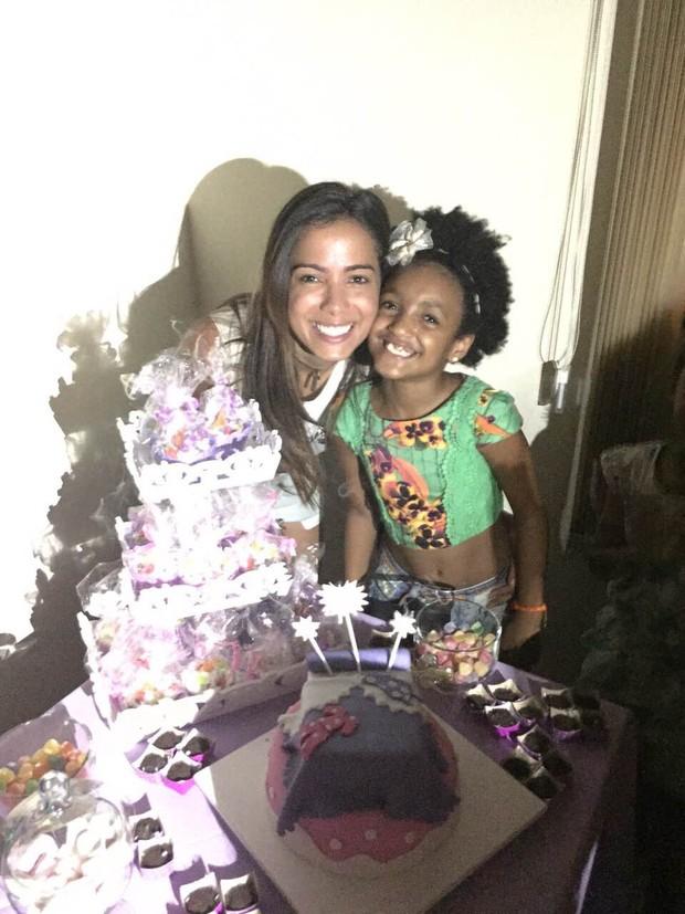Anitta posa com Luiza, filha de Rafael Zulu (Foto: Divulgação)