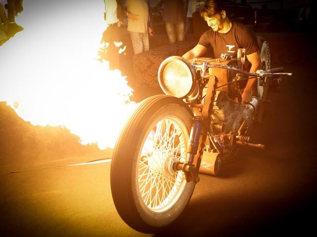 moto que solta fogo (Foto: Caio Kenji/G1)