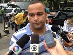 Sandro no IML na manhã desta terça-feira (Foto: Renata Soares/G1)