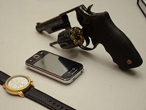 Arma de fogo foi apreendida com suspeito de matar dois jovens (Foto: Varlei Cordova/ Agora MT)