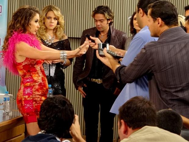 Chay se oferece para ser a atração principal da noite (Foto: Cheias de Charme / TV Globo)