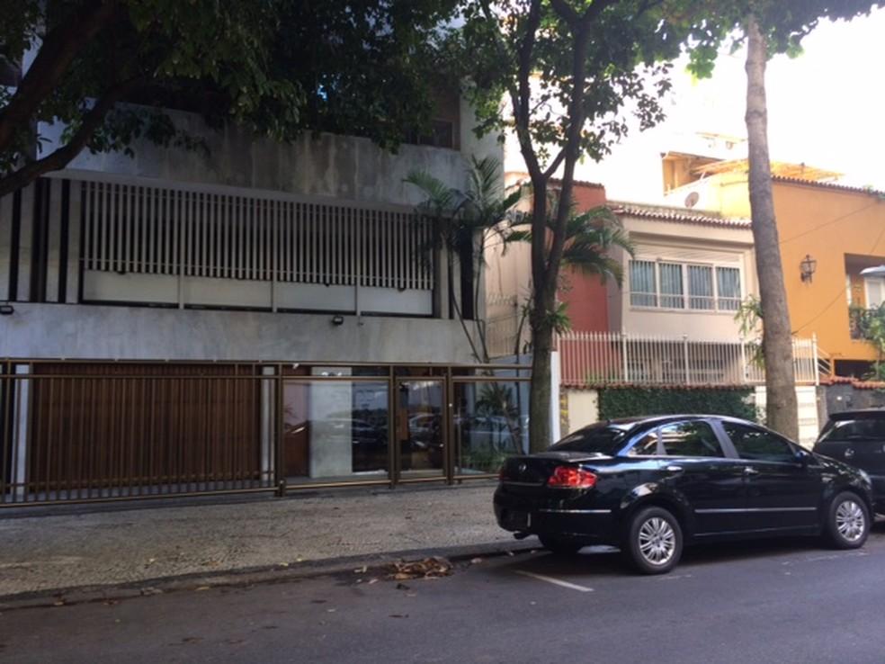 Carro do MPF está na casa do presidente do TCE-RJ, Aloysio Neves, no Rio de Janeiro (Foto: Alba Valéria Mendonça/ G1)