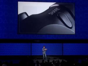 Mark Cerny destaca o botão Share do DualShock 4, para compartilhar fotos, vídeos e partidas ao vivo em redes sociais (Foto: Divulgação)