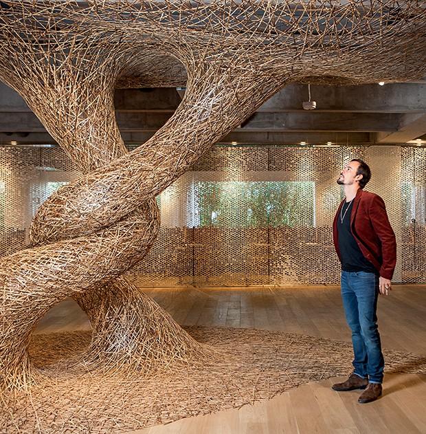 Paulo Vilhena admira  a instalação Conexão,  de Chikuunsai IV Tanabe  (Foto:  )
