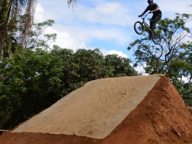 Ciclista salta em rampa construída pelos próprios moradores em parque no Itaim Paulista (Foto:  Felipe Souza/BBC Brasil)