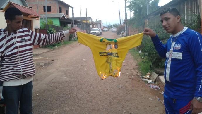 Camisa Brasil queimada no Acre (Foto: Duaine Rodrigues)
