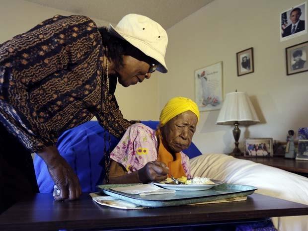 Susannah Mushatt Jones, a pessoa mais velha do mundo, em foto de arquivo de junho de 2015, ao lado de sua sobrinha Lois Judge (Foto: AP Photo/Richard Drew)