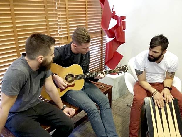 Tomas Bertoni, Gustavo Bertoni e Philipe Nogueira, da banda Scalene, durante entrevista na TV Globo de Brasília (Foto: Lucas Nanini/G1)