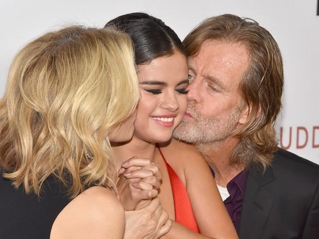 Selena Gomez ganha beijos de Felicity Huffman e do diretor William H. Macy em première em Los Angeles, nos Estados Unidos (Foto: Alberto E. Rodriguez/ Getty Images/ AFP)