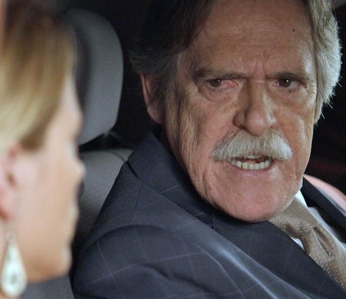 O Pai da facção surpreende a loira no carro (Foto: TV Globo)