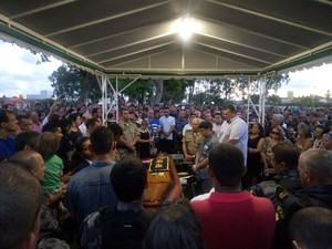 Familiares e amigos do oficial foram ao enterro prestar às últimas homenagens (Foto: Derek Gustavo / G1)