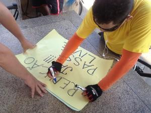 Cartazes cobravam a redução da tarifa em Macapá (Foto: Aline Paiva/G1)