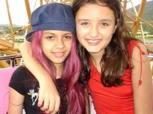 Yasmim com a amiga aos 10 anos de idade (Foto: Arquivo Pessoal)