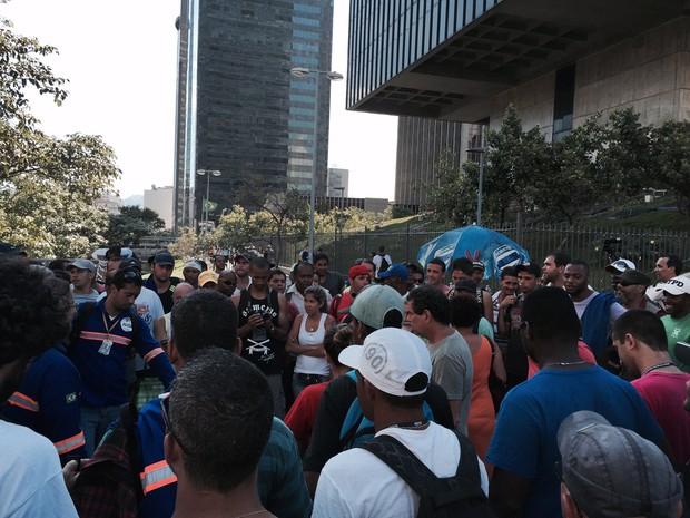 Trabalhadores do Comperj fazem assembléia (Foto: Henrique Coelho/ G1)