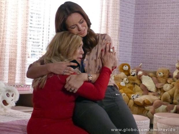Reconciliação tem direito a colo e choro (Foto: Amor à Vida / TV Globo)