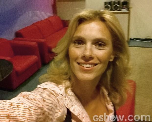 Carolina Dieckmann posa no estilo 'selfie' nos bastidores do Vídeo Show (Foto: Vídeo Show/TV Globo)