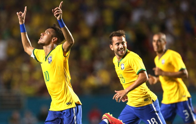 Neymar comemora gol do Brasil contra a Colômbia (Foto: Bruno Domingos / Mowa press)