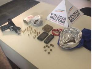 Armas e drogas foram encontradas na casa de um dos suspeitos (Foto: Leandro Sena / Inter TV)