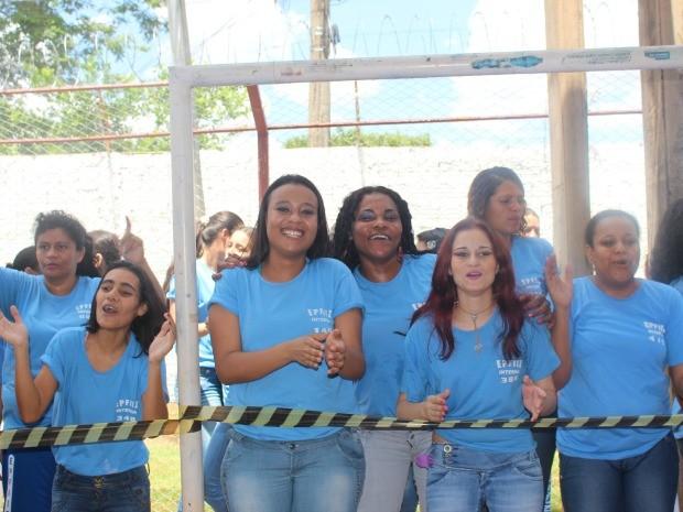 No rosto das detentas, maquiagem e sorrisos (Foto: Nadyenka Castro/ G1 MS)