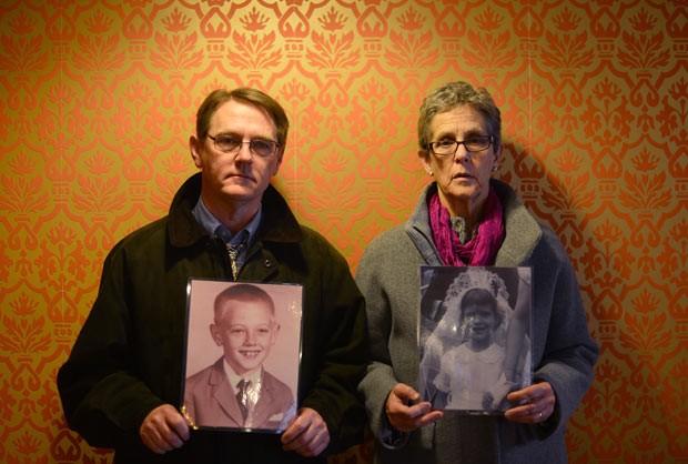 David Clihessy e Barbara Dorris, da rede antiabusos Snap, posam para fotos nesta terça-feira (26) em hotel de Roma, segurando retratos deles mesmos crianças (Foto: AFP)
