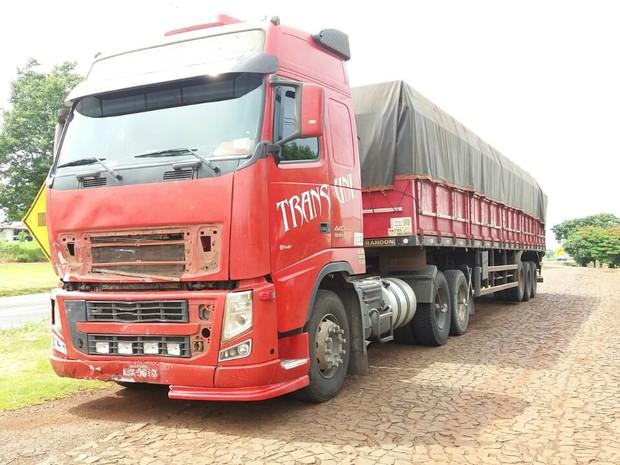 Motorista do caminhão com placas de Foz do Iguaçu (PR) seguiu viagem e se apresentou no posto da PRE em Realeza; ele foi detido e levado para a delegacia da Polícia Civil (Foto: Douglas Kichel / Rádio Clube)