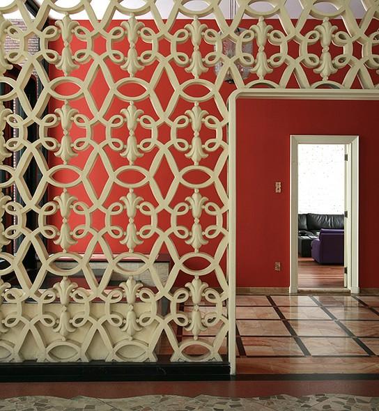 No Edifício Cinderela, de 1956, em São Paulo, o arquiteto Juan Pablo Rosenberg deu novo uso ao apartamento térreo. Com ampliações, o espaço abandonado virou um loft de 78m². Destaque para o painel de cobogó, que divide o lobby em duas áreas